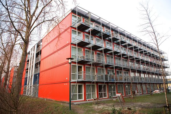 Amsterdam s lean green shipping container homes for Un container